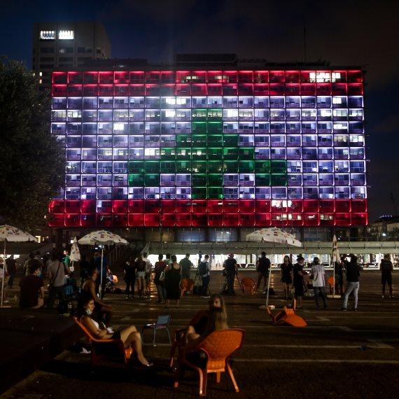 דגל לבנון מואר על בניין עיריית תל אביב