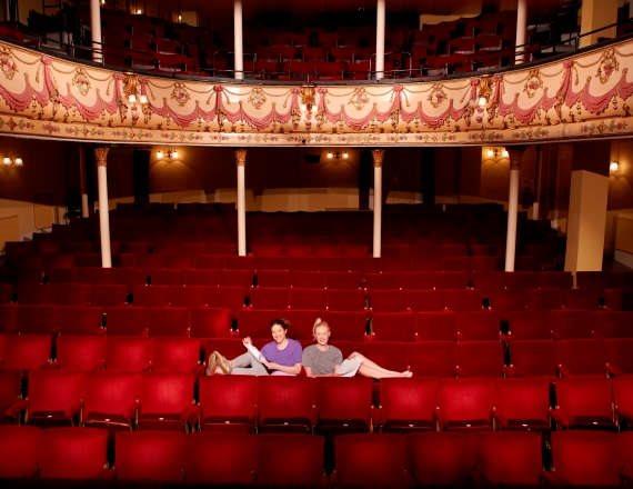 התיאטרון חוזר