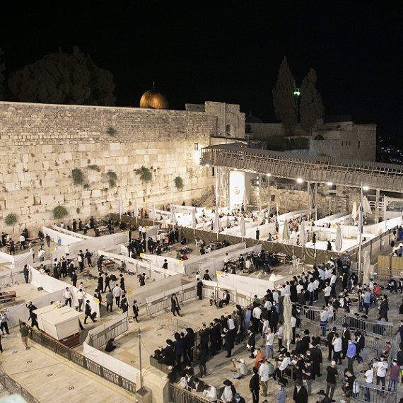 הכותל המערבי בזמן תפילה