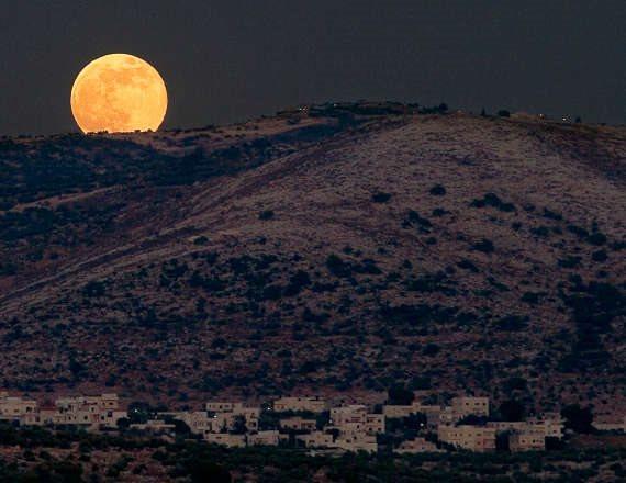 הירח על רקע גבעה