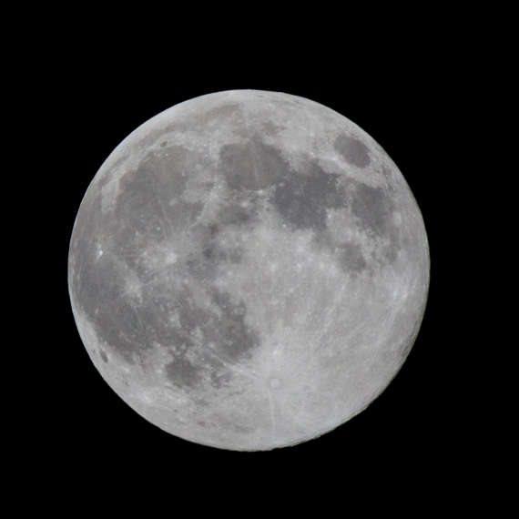 האם יש מים על הירח?
