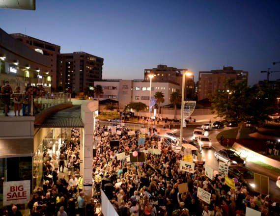 """הפגנות מול בית היועמ""""ש. למצולם אין קשר לנאמר"""