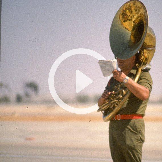 """נגן טרומבון בתזמורת צה""""ל במסגרת טקס בחיל האוויר, 1984"""