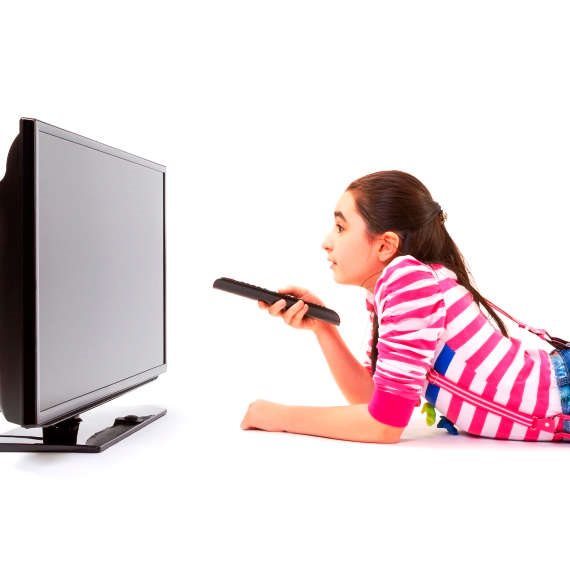 ילדה מול טלוויזיה