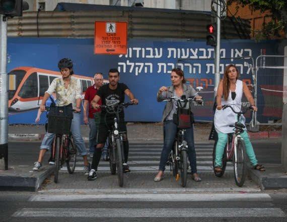 רוכבי אופניים ברחבי תל אביב
