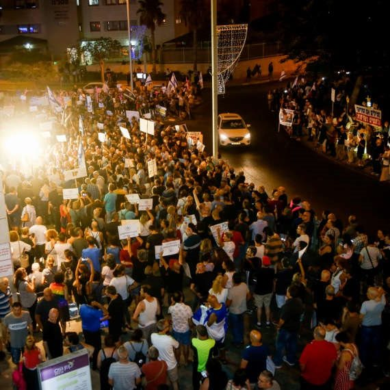 """הפגנות מול ביתו של היועמ""""ש מנדלבליט"""