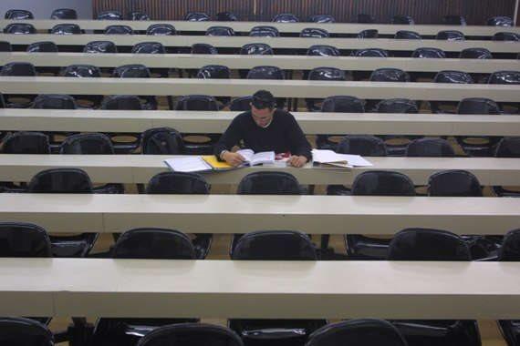 סטודנט בודד בקמפוס (ארכיון, למצולם אין קשר לכתבה)