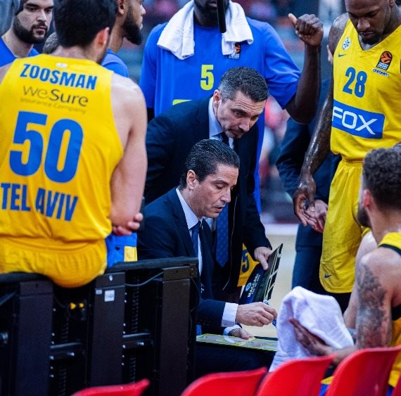 """יאניס ספרופולוס, מאמן מכבי ת""""א, ושחקני הקבוצה"""