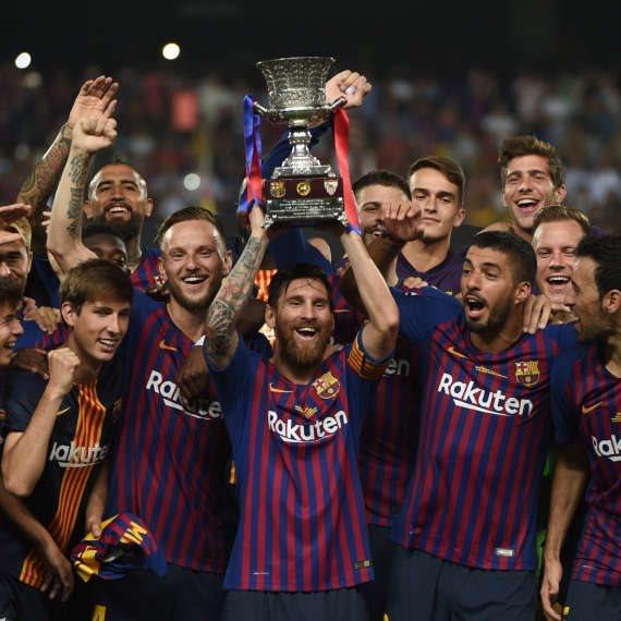 ברצלונה בהנפת גביע הסופר קאפ