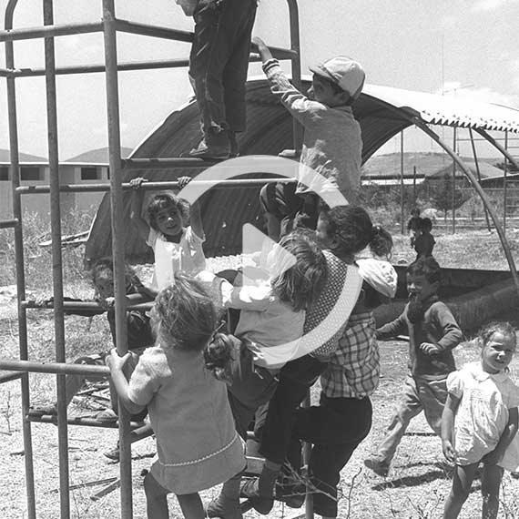 ילדים משחקים בחצר גן הילדים במושב אביבים שבגליל העליון, 1970
