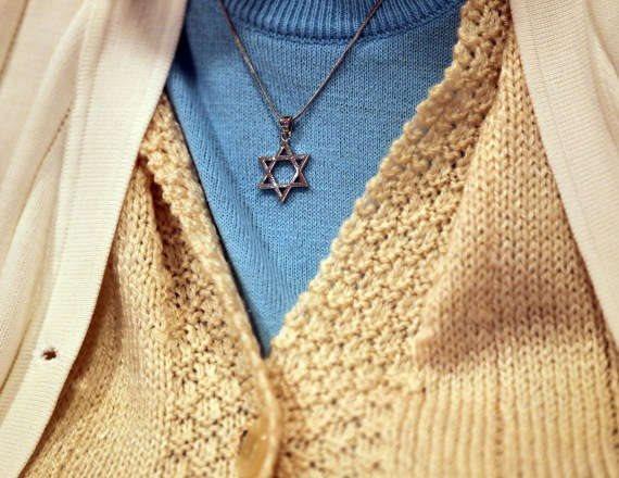 """האם יהודים בחו""""ל צריכים להצניע את סממני הדת?"""