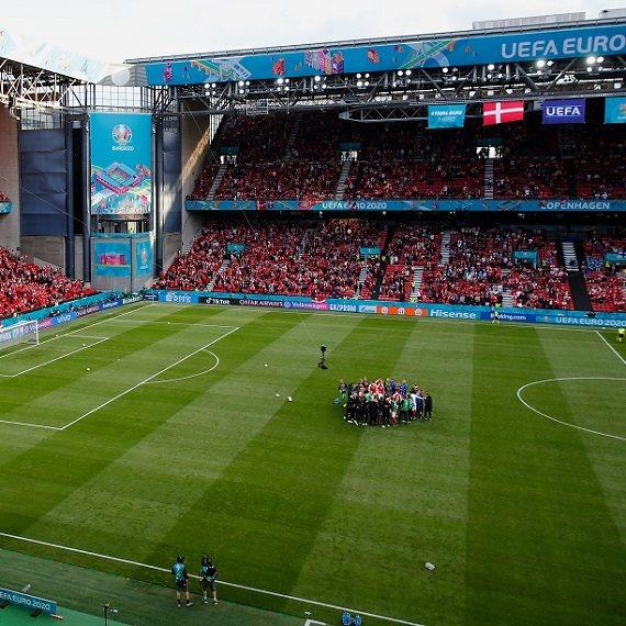 מגרש כדורגל - אוהדים באיצטדיון