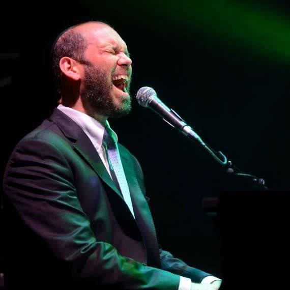 הזמר יונתן רזאל