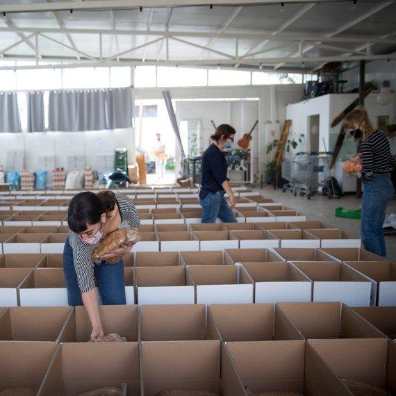 הכנת סלי מזון לנזקקים