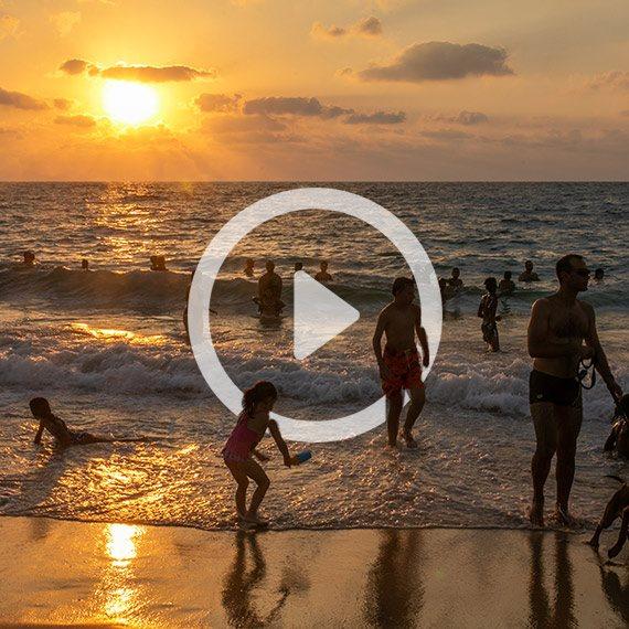 מבלים בחוף הים