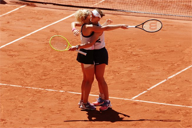 הלו, זה טניס? קרייצ'יקובה ופבליוצ'נקובה // צילום: Adam Pretty/Getty Images