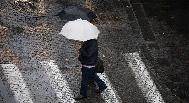 אנשים הולכים בגשם, צילום אילוסטרציה // צילום: יונתן זינדל/פלאש90
